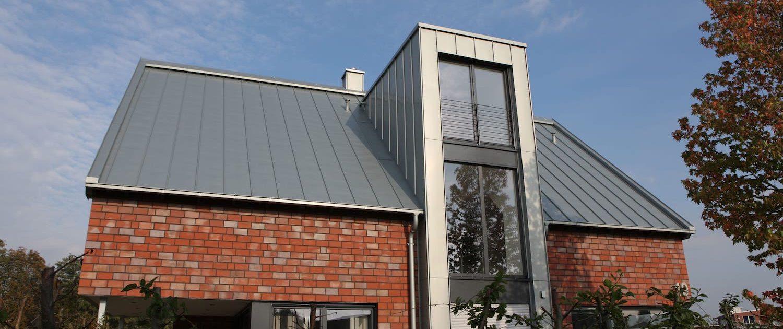 Backsteinhaus mit Metalldach