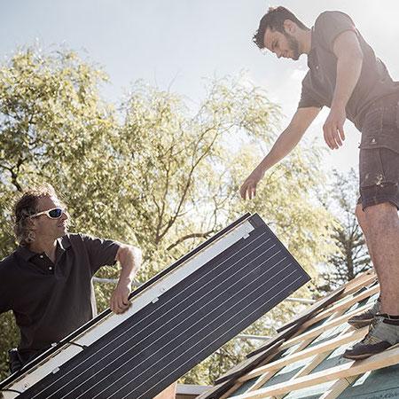 Dachhandwerker installieren Solar-Panel