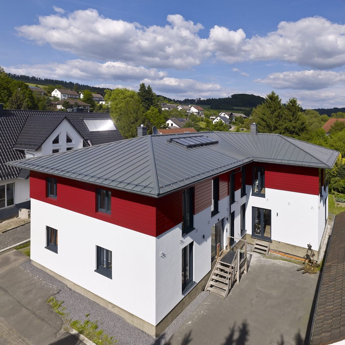 Mehrstoeckiges Neubauhaus mit Metalldach von Rheinzink