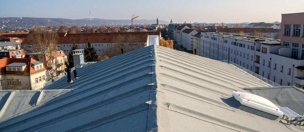Wohnkomplex Neubau in Dresden, abgedichtet mit ECO-ACTIV. Die Umweltbahn von Icopal ist ausgestattet mit einer weiflen, katalytisch wirkenden NOXITE-Bestreuung.