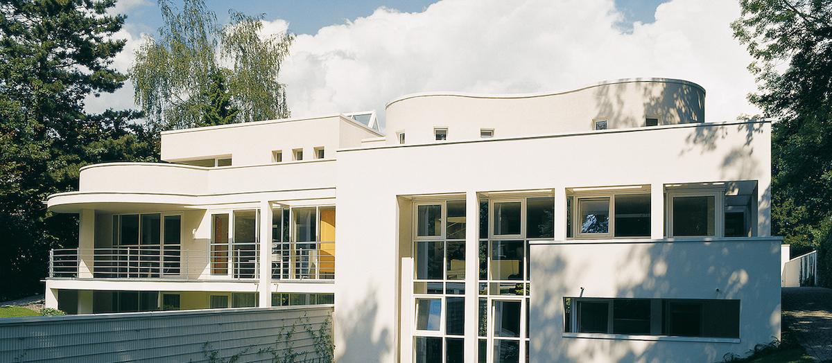 Architektonische Gebäude, abgedichtet mit Icopal Produkten