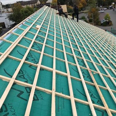 Dach ohne Dachziegel, die Dämmung und Lattung ist zu sehen