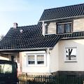 Neu gedecktes Dach mit dunklen Ziegeln/Dachsteinen