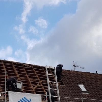 Alte Ziegel werden vom Dach genommen