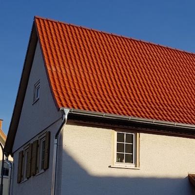 Neu gedecktes Dach mit roten Dachsteinen/Dachziegeln