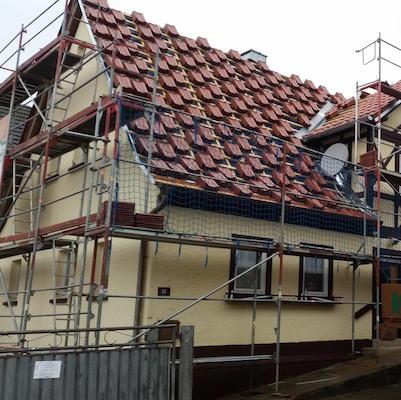 Dachziegel liegen auf Dach bereit zur Eindeckung