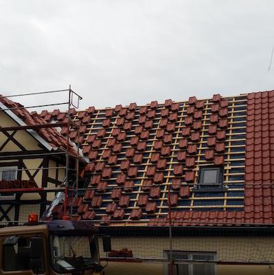 Dach wird neu eingedeckt mit roten Dachziegeln