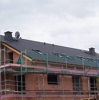 Rohbau mit fertig gedecktem Dach