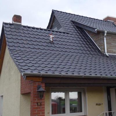 Neu eingedecktes Dach mit dunklen Dachsteinen/Dachziegeln