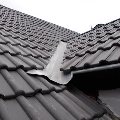 Neues Dach mit Dachrinne in Nahaufnahme
